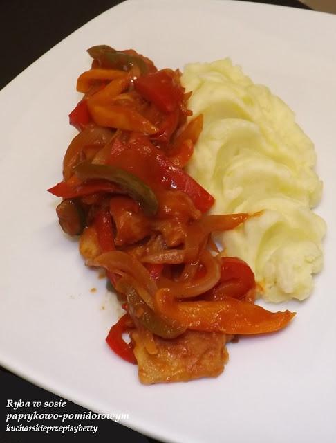 ryba w sosie paprykowo-pomidorowym