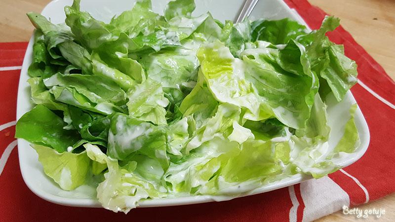 Sałata w sosie śmietanowo-jogurtowym 2
