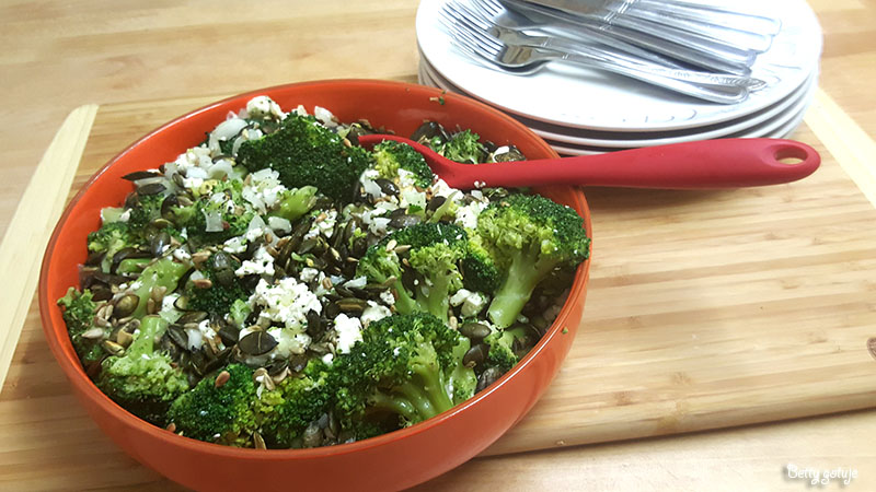 Sałatka z brokułami i serem feta 3