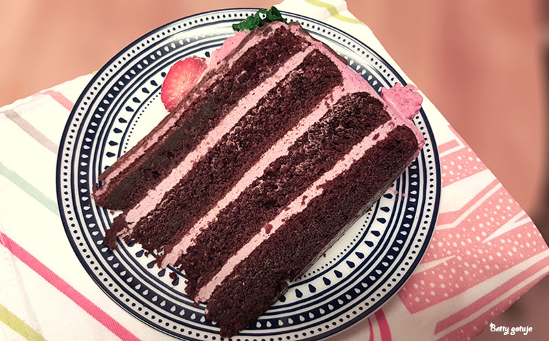 Tort czekoladowy z kremem truskawkowym 2