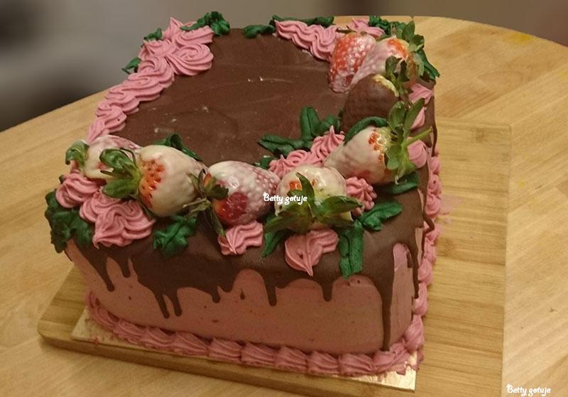 Tort czekoladowy z kremem truskawkowym 3