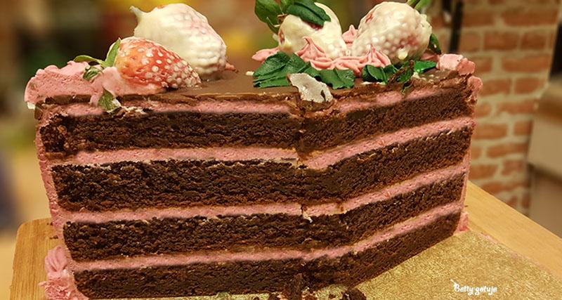 Tort czekoladowy z kremem truskawkowym 4